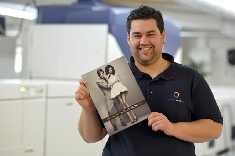 ein Mitarbeiter präsentiert ein Druckprodukt.