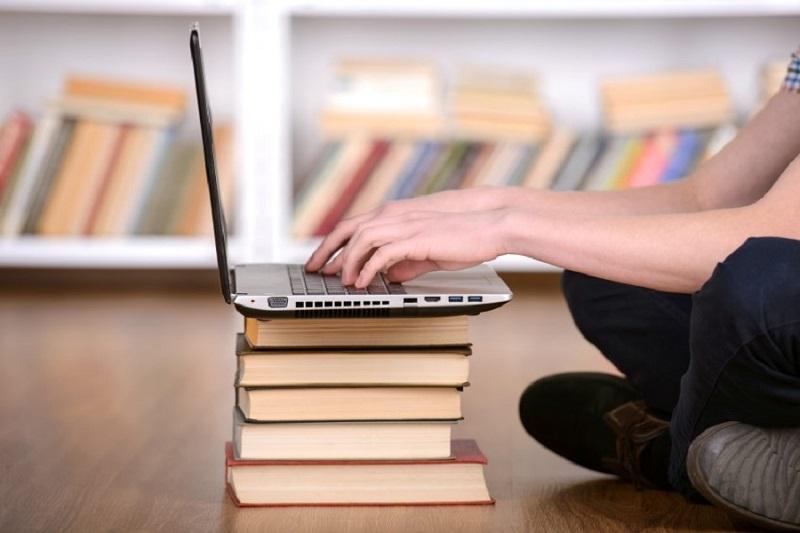 Laptop auf Bücherstapel