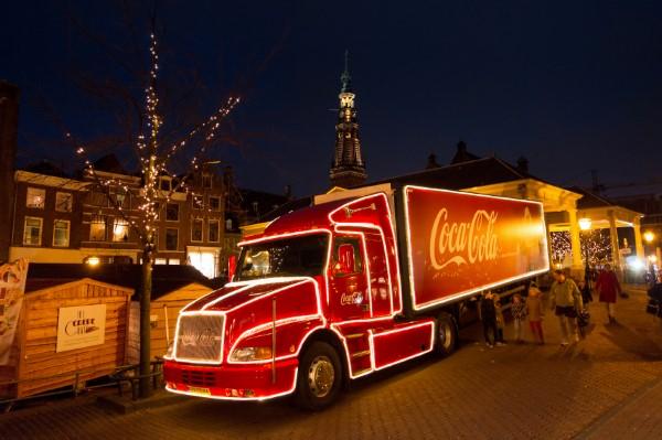 Der CocaCola Christmas Truck ist durch die Werbung mittlerweile eine Attraktion geworden – unabhängig vom Softdrink, dem eigentlich beworbenen Produkt.