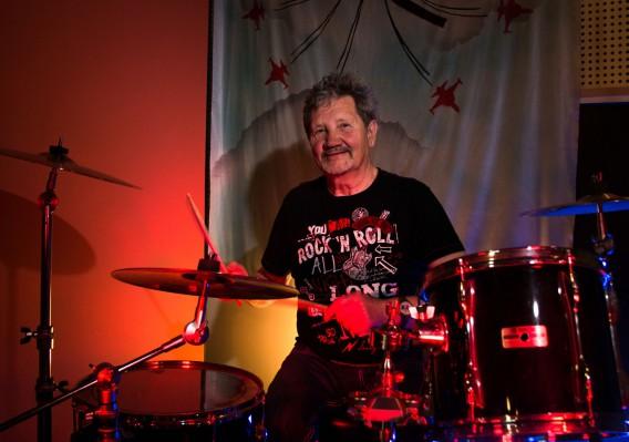 An einem legendären Ort der deutschen Musikgeschichte wie dem populären CAN-Studio lässt es sich besonders authentisch am Schlagzeug posieren.