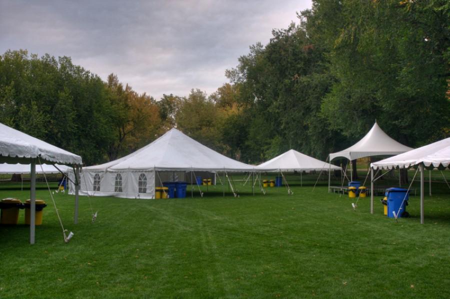 Aufbau von Zelten für ein Sommerfest