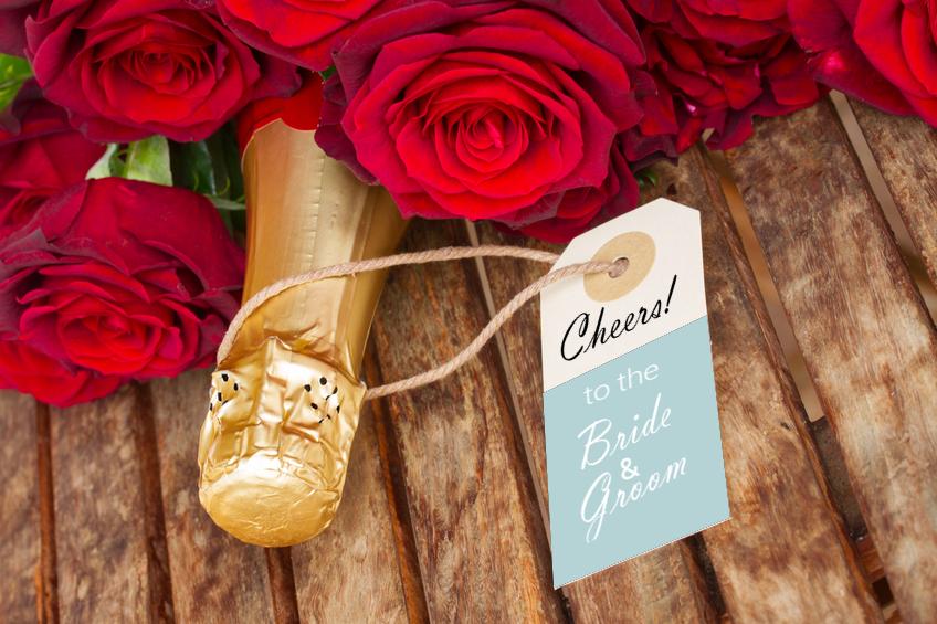Flaschenanhänger an Champagnerflaschemit Spruch zur Hochzeit.