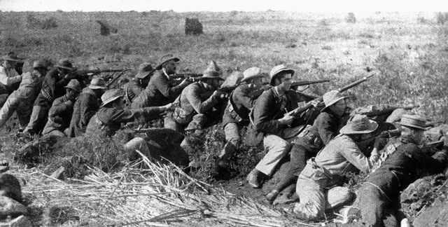Schwarz-weiß Foto von Kriegern im Schützengraben