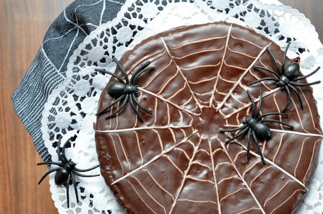 Schokotorte mit Spinnennetz als Deko für Halloween