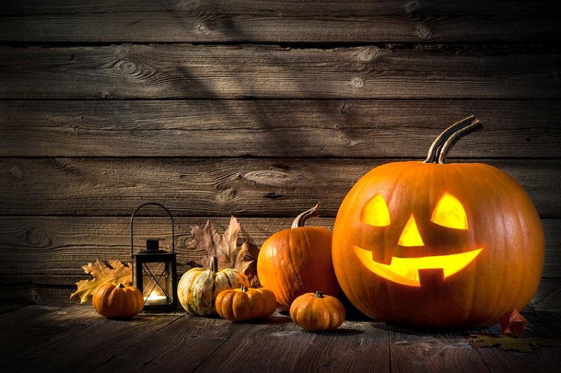 geschnitzer Kürbis und Halloween Deko