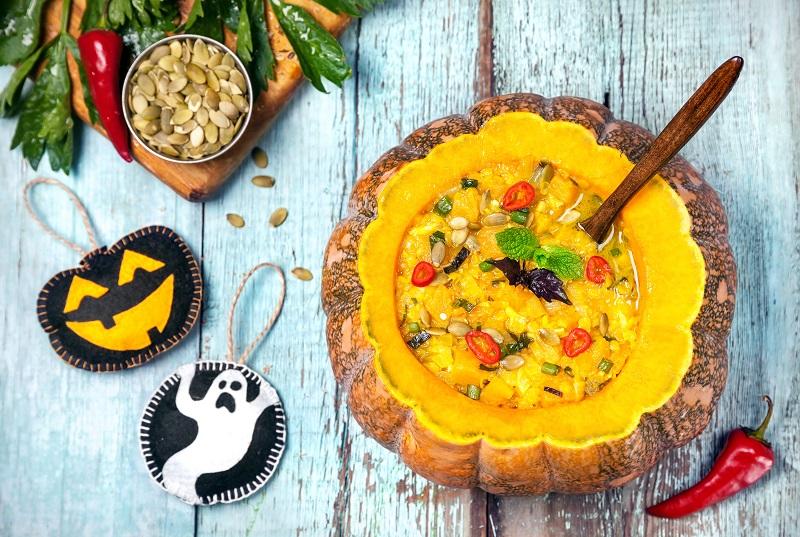 Halloween Kürbissuppe im Kürbis serviert
