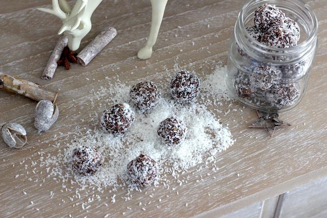 Weihnachtliche Energiebällchen mit Chia Samen