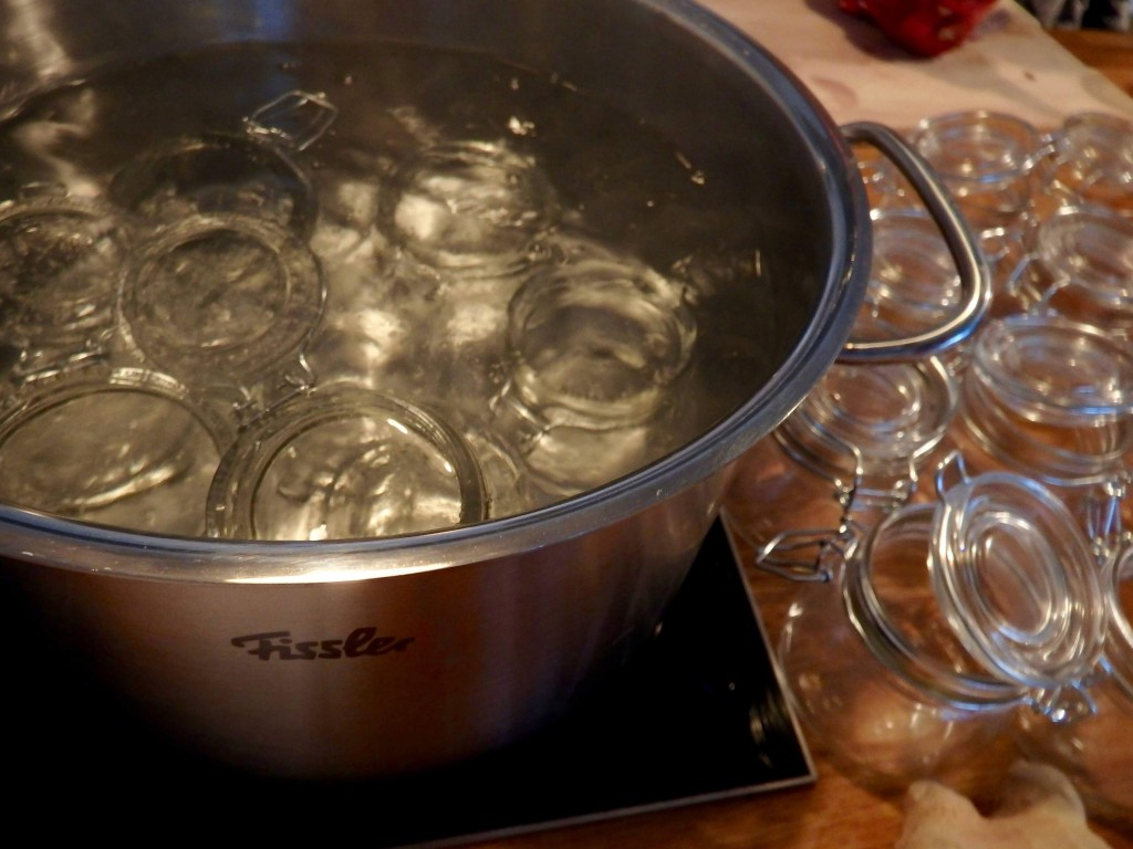 Einmachgläser in kochendem Wasser Sterilisieren