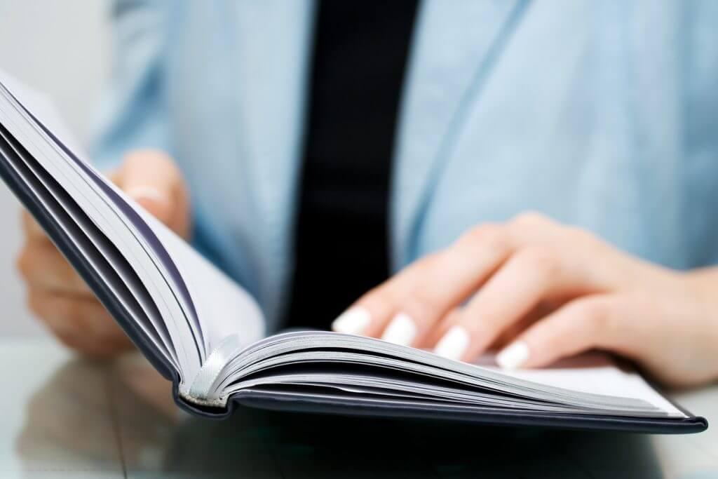 Frau beim lesen einer Firmenchronik