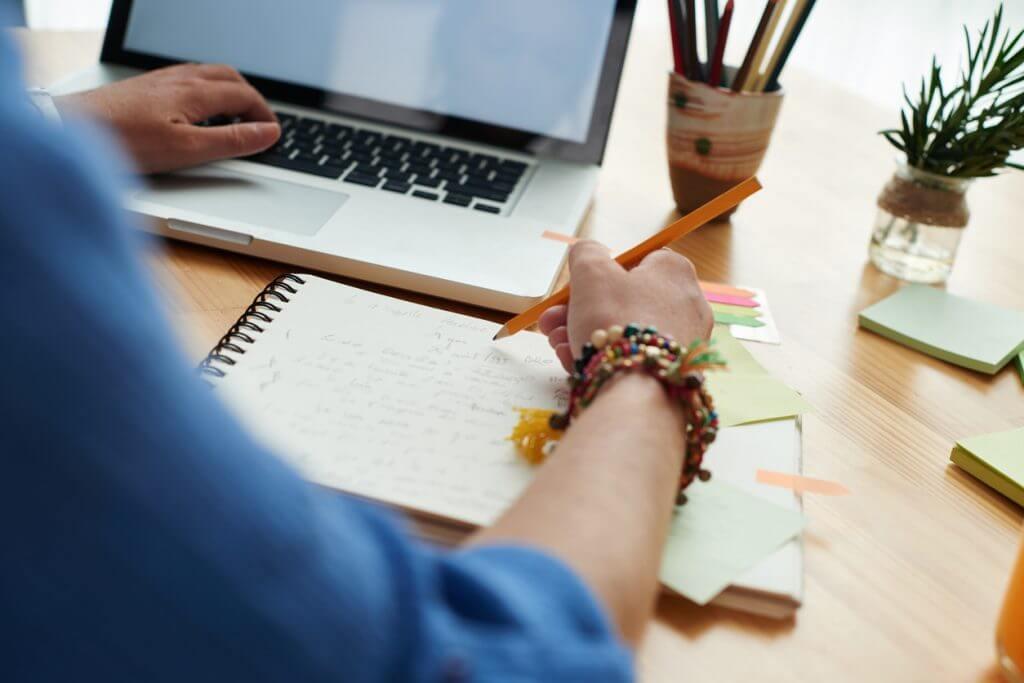 Vorbereitung der Firmenchronik am Schreibtisch
