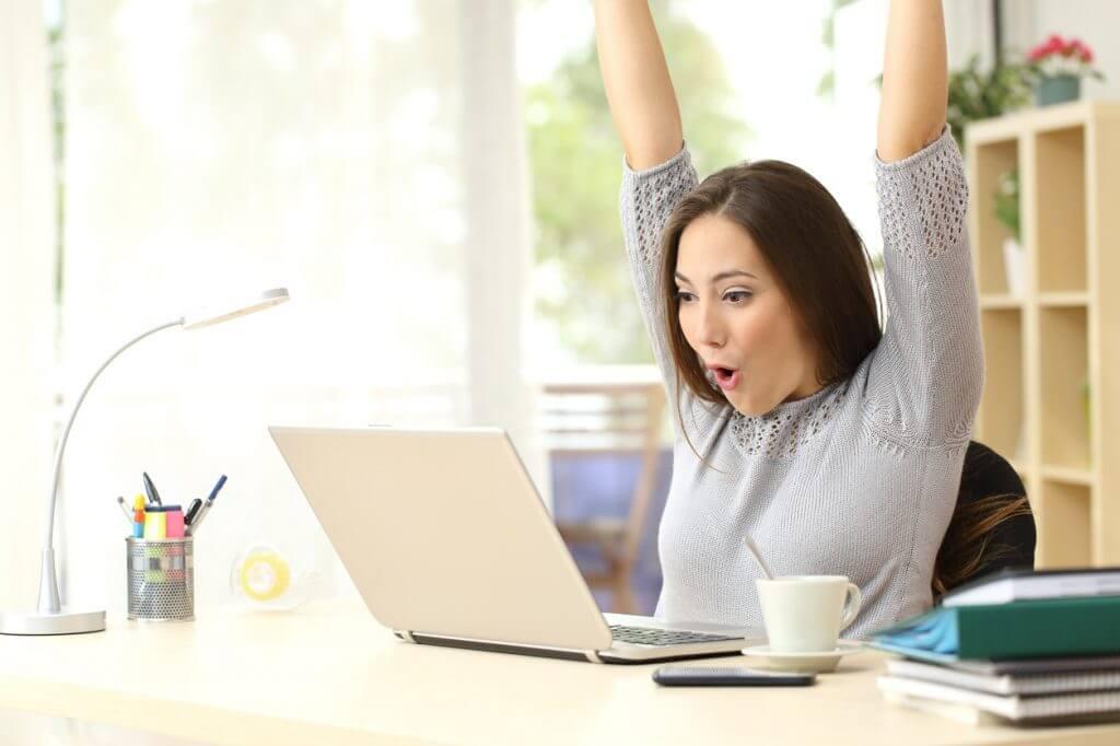 Studentin freut sich über ein Erfolgserlebnis