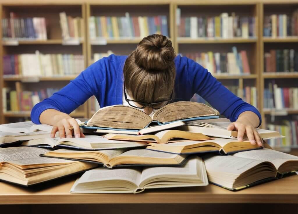 Verzweifelte Studentin in der Bibliothek