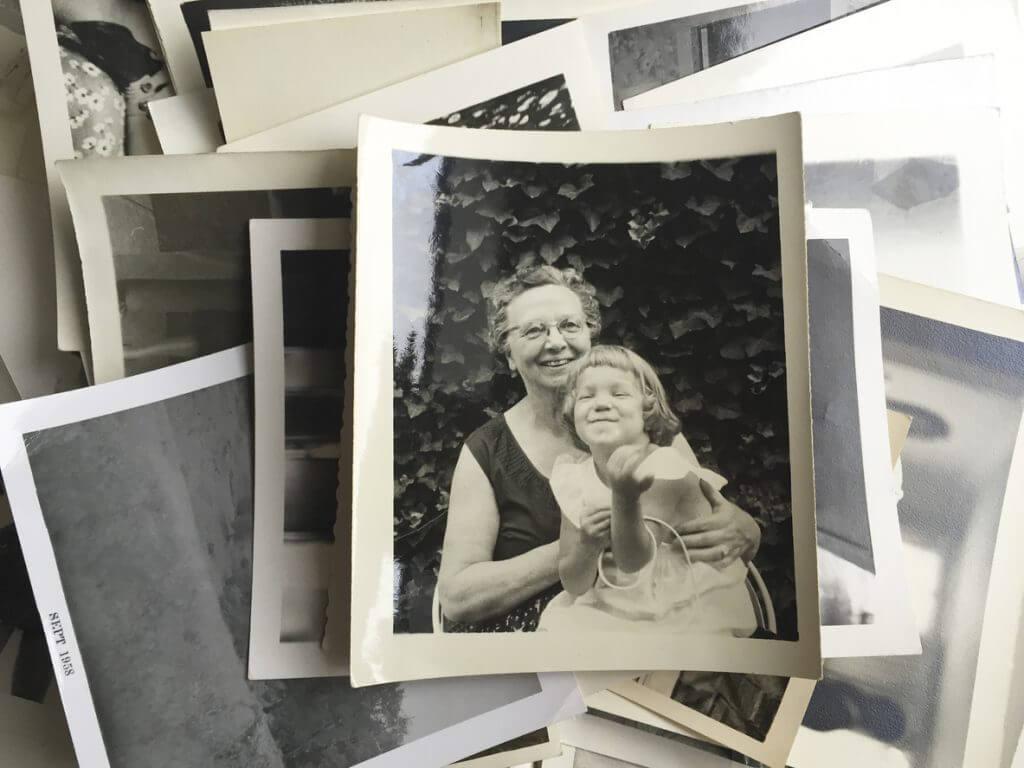 schwarz weißes Foto mit Oma und Kind