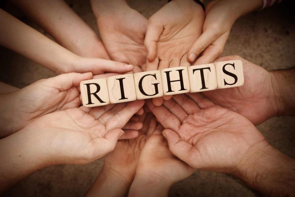 Haende halten Schild mit Aufschrift Rights