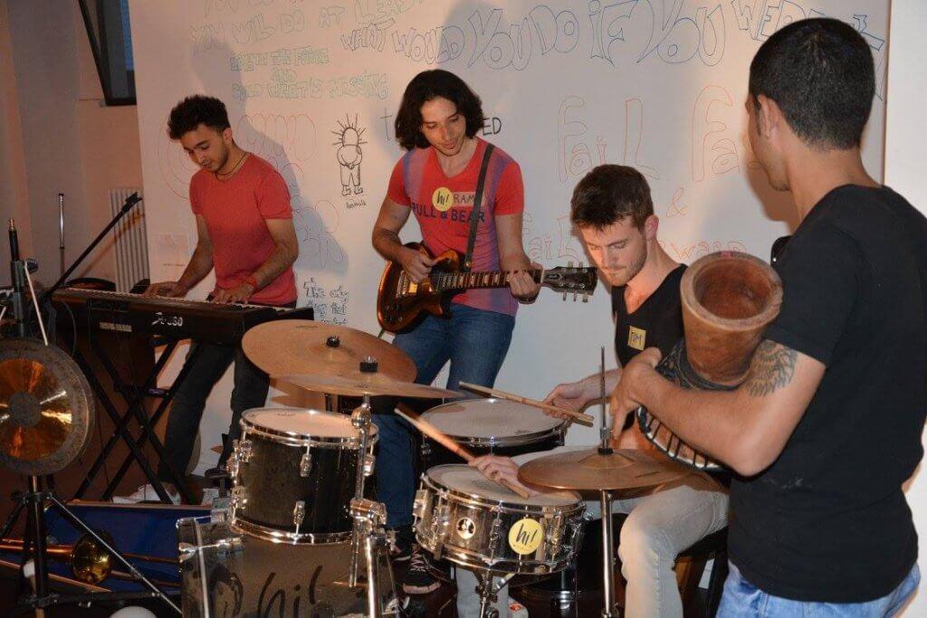 Auch beim gemeinsamen Musizieren sind die HiMate Aufkleber dabei - auf Ramys T-Shirt ebenso wie auf dem Schlagzeug.