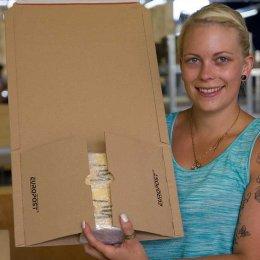 Unsere Sandra mit dem fertigen Paket. Nur noch zukleben, dann gehen die Aufkleber auf die Reise.