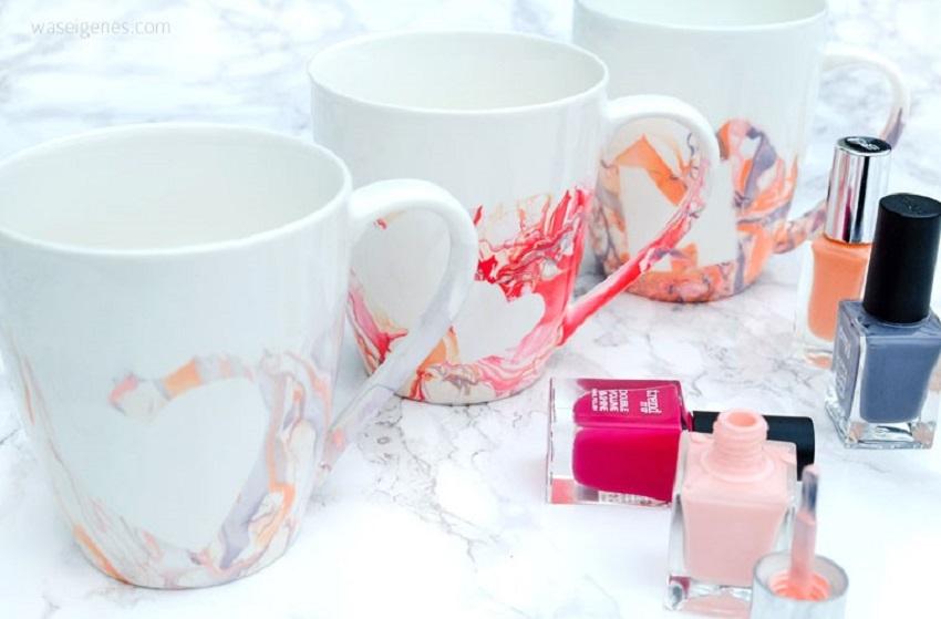 Mit Nagellack marmorierte Tassen