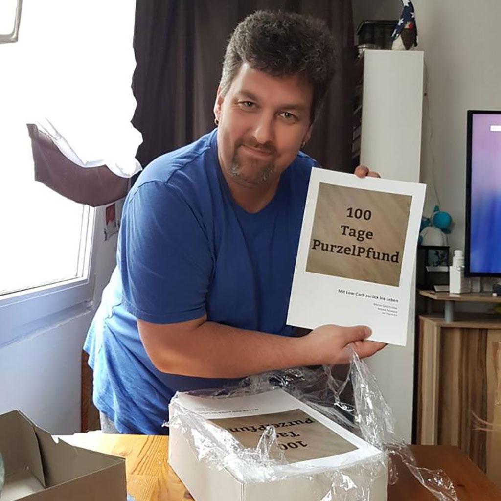 Jörg von Purzelpfund zeigt stolz sein erstes Buch
