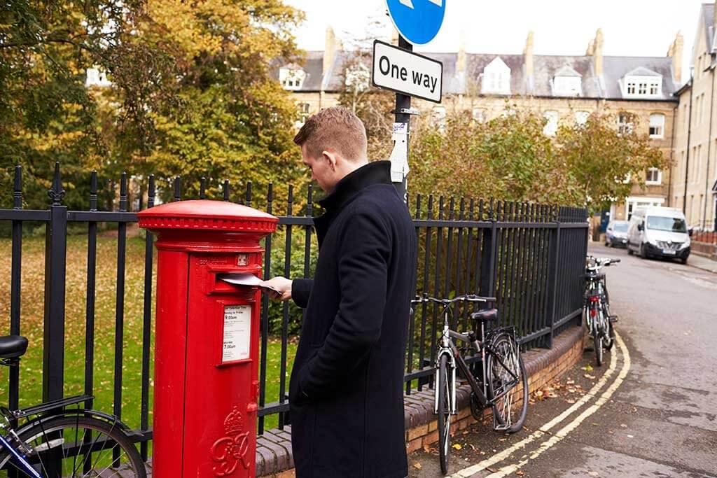 Am Briefkasten beginnt die Reise aller Postkarten.