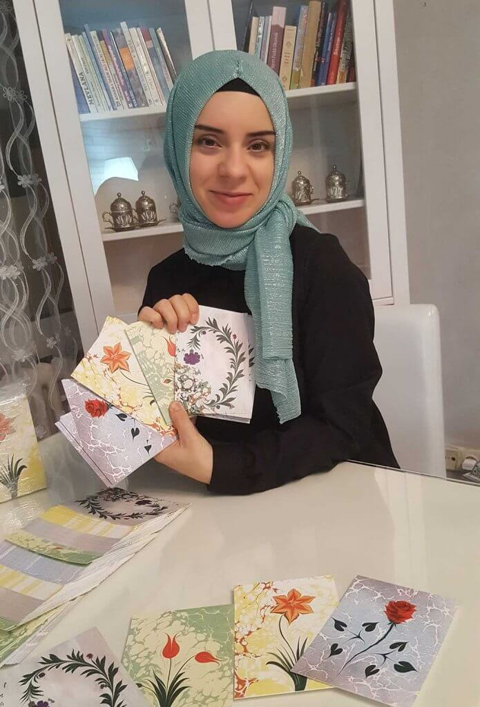 Arzu Adak zeigt vier ihrer schönsten Motive als Postkarten auf Cotton-Strukturpapier.