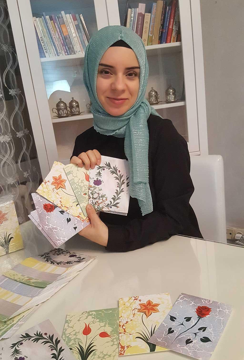 Arzu Adak zeigt vier ihrer schönsten Motive als Postkarten auf Cotton-Strukturpapier