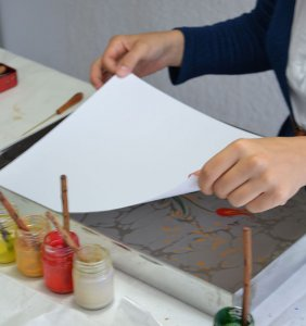 ebru-papier-auflegen