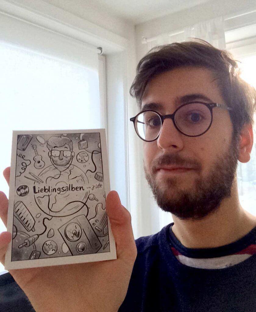 """Comic-Zeichner Jo Lott zeigt seinen Postkarten-Kalender """"Lieblingsalben""""."""