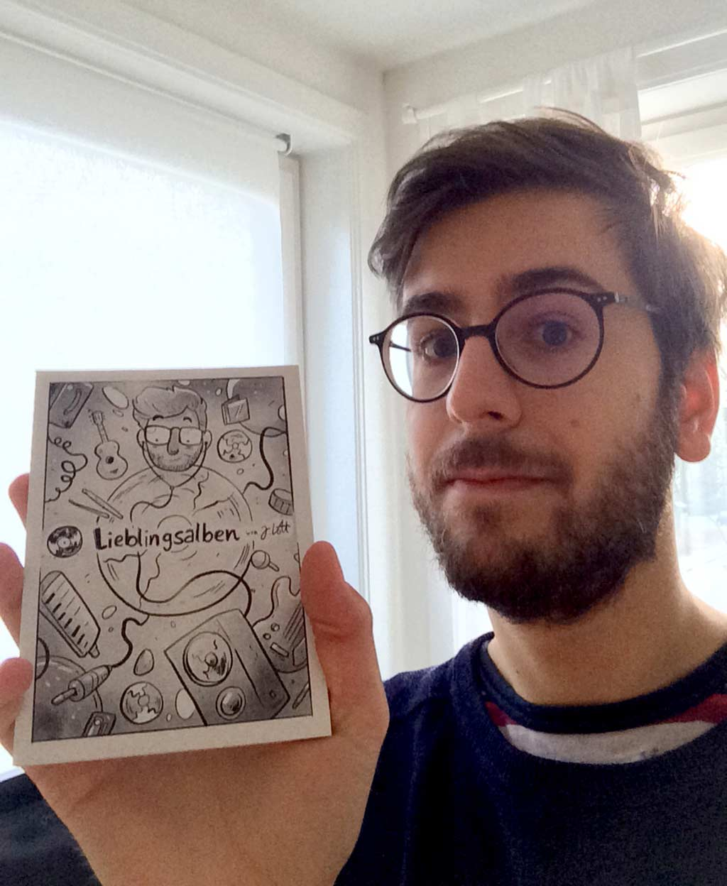 Jo Lott mit seinem Postkartenkalender auf Recyclingkarton
