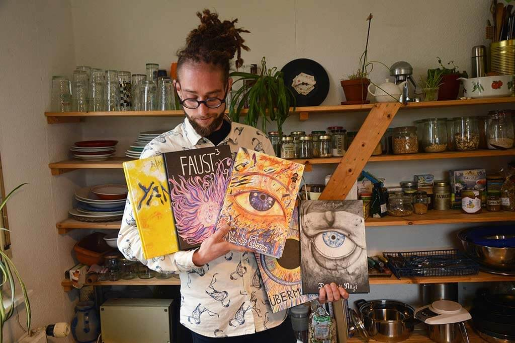 NIklas Fiedler zeigt seine Comics.