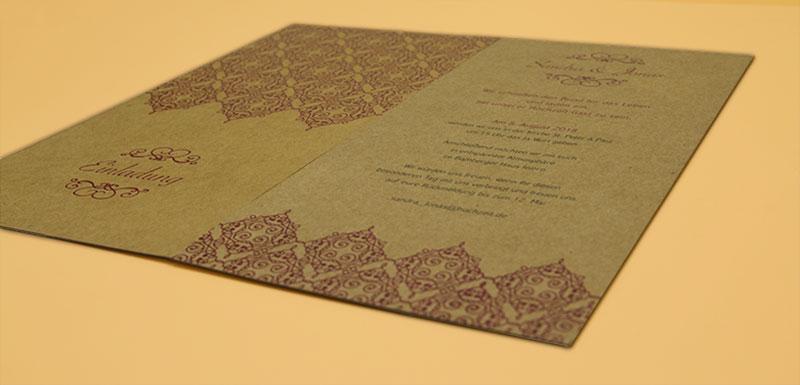 Vorder- und Rückseite unterscheiden sich in der Papierfärbung. Auch innerhalb der Auflage kann es Schwankungen geben. Jede Karte ist ein Unikat.